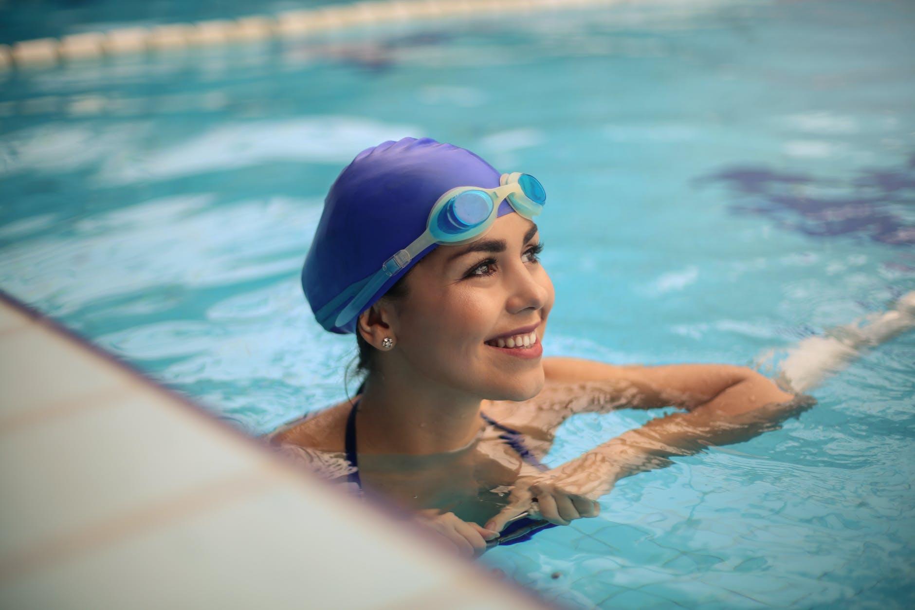 dívka bazén