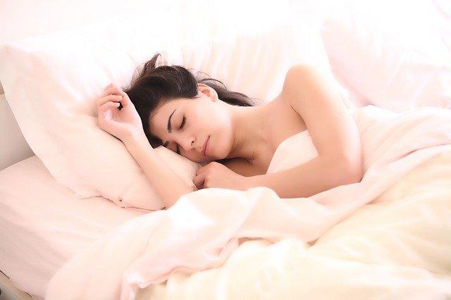 žena při spánku