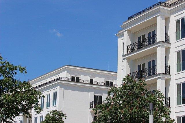 budova s balkony.jpg
