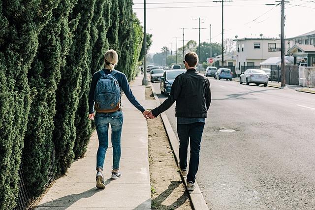 pár se drží za ruce