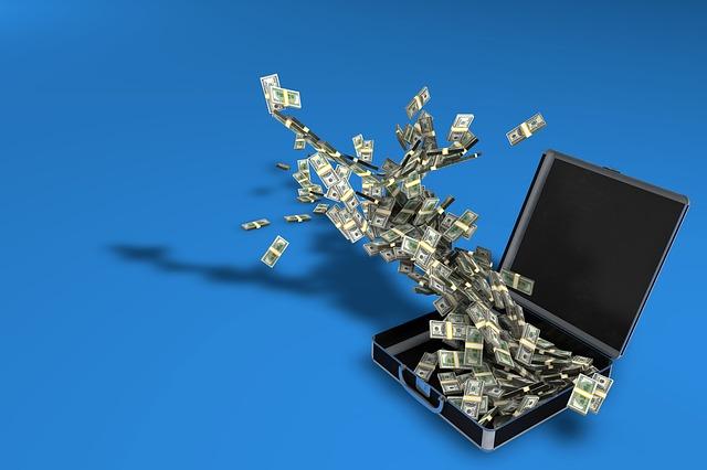letící peníze z kufru