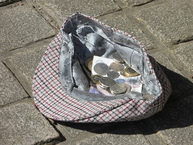 drobné mince v čepici, dlažba